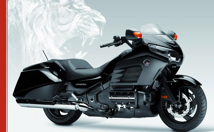 Motocykl Honda Gold Wing i głowa lwa w tle