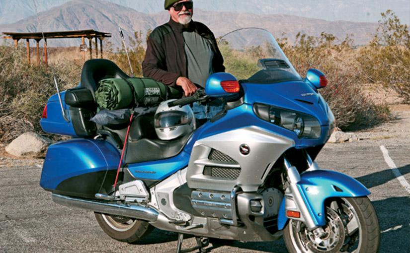 Motocykl i kierowca gotowy do podróży