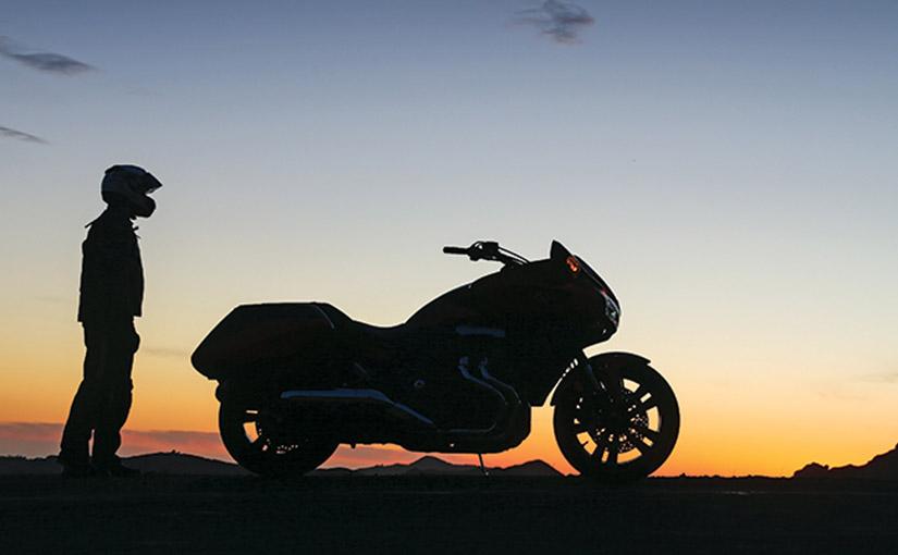 Motocykl panorama przed wschodem słońca